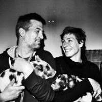 Frédérique et Pierre Ristic, collectionneurs de cochons d'ornement. Avec Nestor et Bertille.